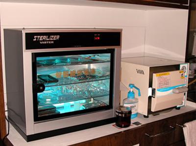 高圧滅菌器と紫外線消毒器